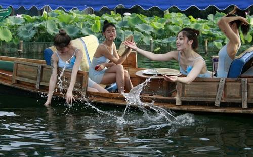 Dàn gái trẻ TQ nhảy múa ở hồ sen gây tranh cãi - 6