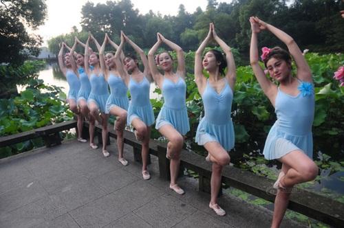 Dàn gái trẻ TQ nhảy múa ở hồ sen gây tranh cãi - 8