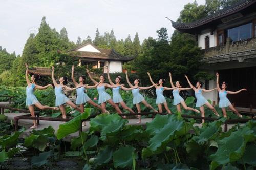 Dàn gái trẻ TQ nhảy múa ở hồ sen gây tranh cãi - 9