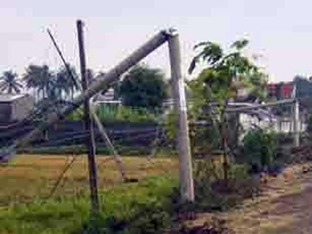 Gió giật đổ trụ điện, một học sinh tử vong - 1