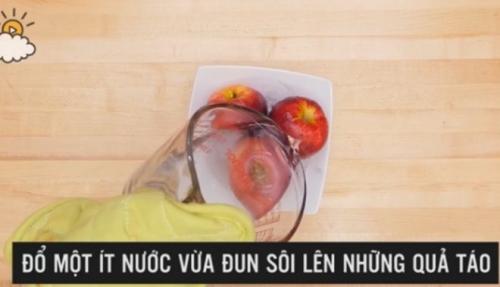 Mẹo hay phát hiện táo chứa chất độc bằng nước nóng - 1