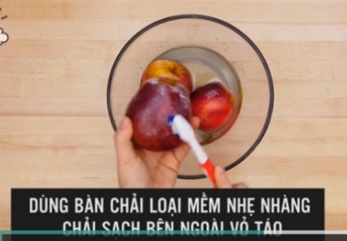 Mẹo hay phát hiện táo chứa chất độc bằng nước nóng - 6