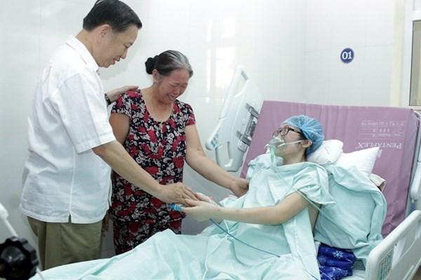 """Bộ trưởng CA động viên nữ chiến sĩ """"từ chối trị ung thư để cứu con"""" - 2"""