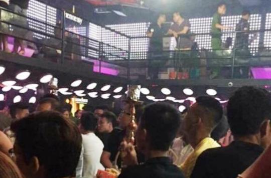 """Đột kích quán bar có cả trăm thanh niên đang """"thác loạn"""" - 2"""