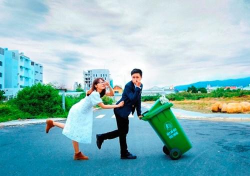 Cặp đôi Vũng Tàu chụp ảnh cưới bên thùng rác - 1