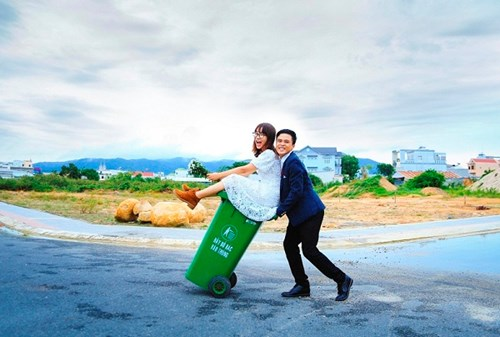 Cặp đôi Vũng Tàu chụp ảnh cưới bên thùng rác - 3