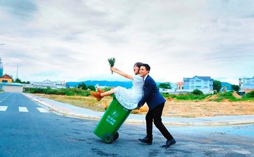 Cặp đôi Vũng Tàu chụp ảnh cưới bên thùng rác - 5