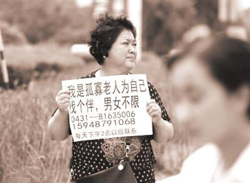 Bà lão 69 tuổi giơ biển tuyển bạn đời giữa phố - 1