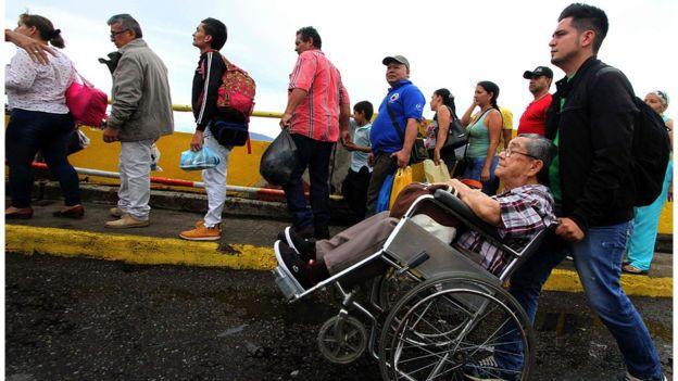 Hơn 35.000 người Venezuela vượt biên mua sắm - 1