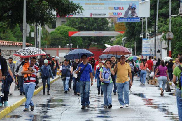 Hơn 35.000 người Venezuela vượt biên mua sắm - 3
