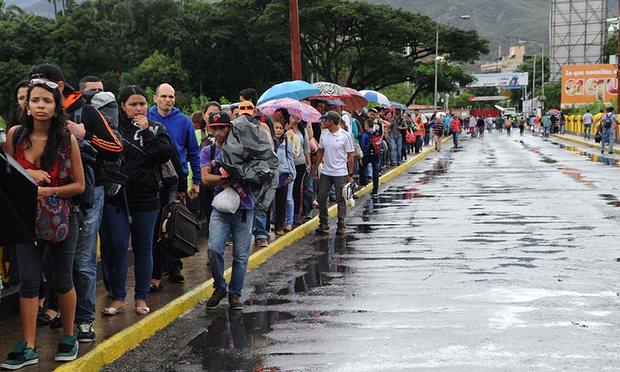 Hơn 35.000 người Venezuela vượt biên mua sắm - 2