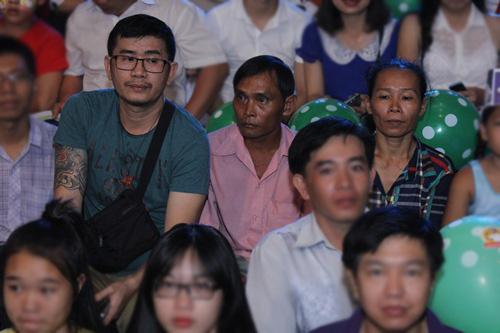 Bố mẹ Hồ Văn Cường hồi hộp chờ con trai biểu diễn - 1