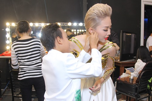 Bố mẹ Hồ Văn Cường hồi hộp chờ con trai biểu diễn - 3
