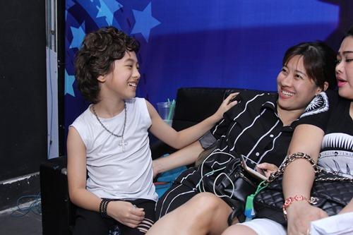 Bố mẹ Hồ Văn Cường hồi hộp chờ con trai biểu diễn - 6