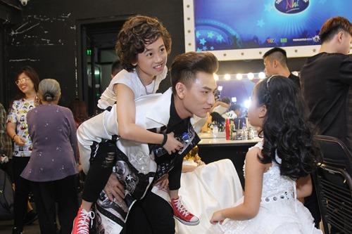 Bố mẹ Hồ Văn Cường hồi hộp chờ con trai biểu diễn - 7