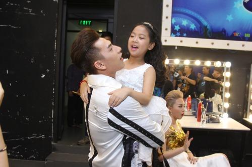 Bố mẹ Hồ Văn Cường hồi hộp chờ con trai biểu diễn - 9