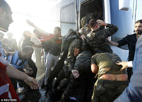 Thổ Nhĩ Kỳ: Những hình ảnh sốc về lính đảo chính - 2