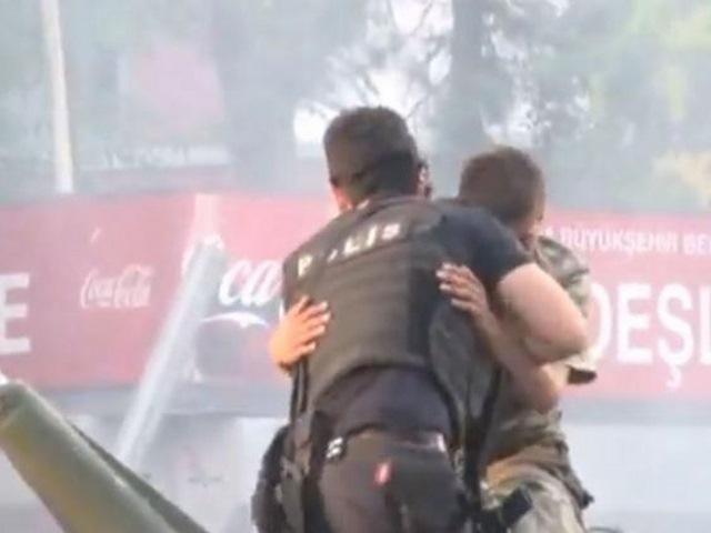 Xúc động lính đảo chính được cảnh sát Thổ Nhĩ Kỳ che chở - 1