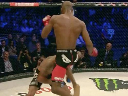 """Kinh hoàng MMA: """"Người nhện"""" đá gối, đối thủ nhập viện - 1"""
