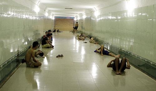 Hà Nội: Dân lao động chui lòng đất trốn nắng nóng - 3