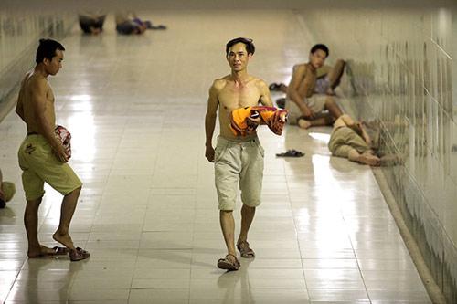Hà Nội: Dân lao động chui lòng đất trốn nắng nóng - 4