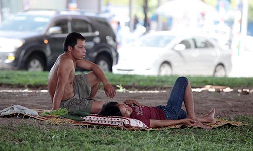 Hà Nội: Dân lao động chui lòng đất trốn nắng nóng - 9