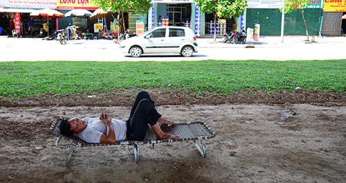 Hà Nội: Dân lao động chui lòng đất trốn nắng nóng - 8