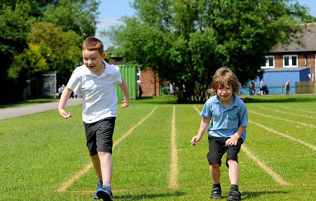 Bé trai chịu về bét để chạy cùng bạn bị liệt não - 1