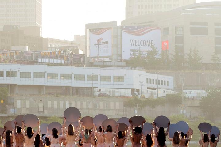 Mỹ: 100 chị em khỏa thân cầm gương chụp ảnh - 3
