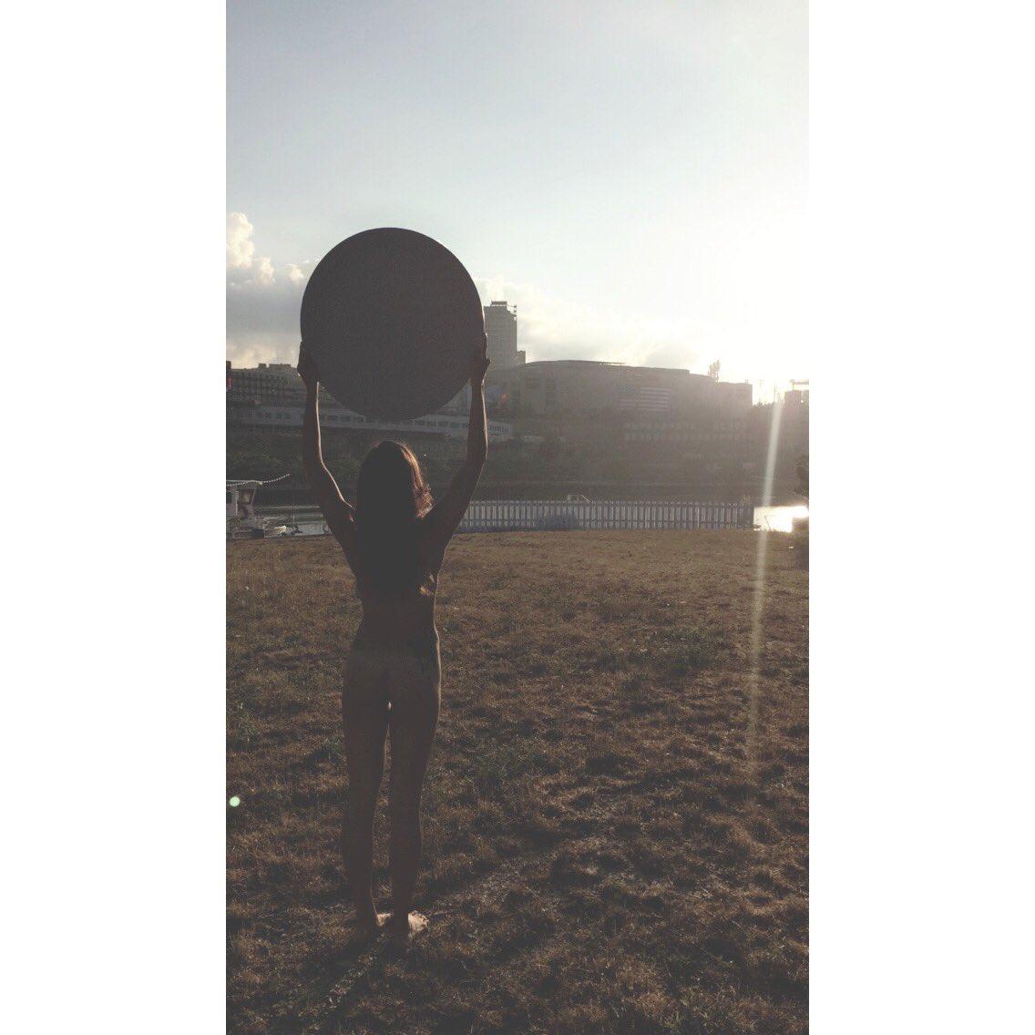 Mỹ: 100 chị em khỏa thân cầm gương chụp ảnh - 6