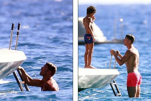 """Không về Real, Ronaldo """"nẹp chân"""" tắm biển - 2"""