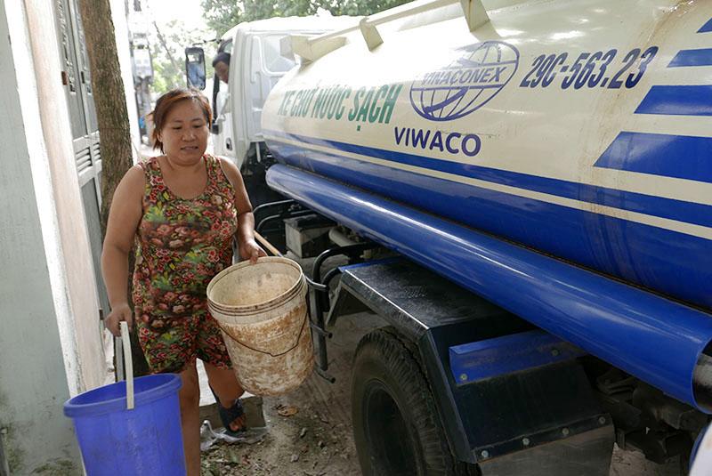 Vỡ ống nước sông Đà, dân Thủ đô xách nước như thời bao cấp - 3