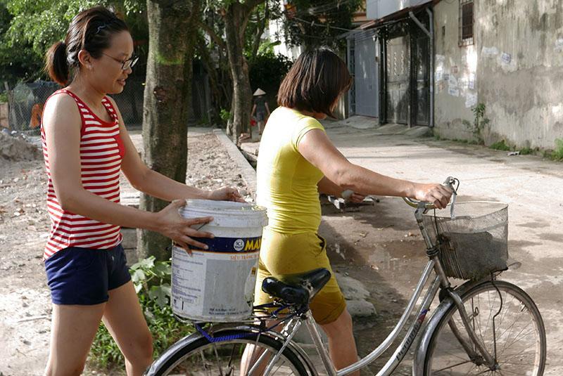 Vỡ ống nước sông Đà, dân Thủ đô xách nước như thời bao cấp - 4