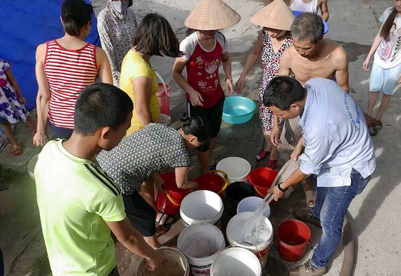 Vỡ ống nước sông Đà, dân Thủ đô xách nước như thời bao cấp - 1