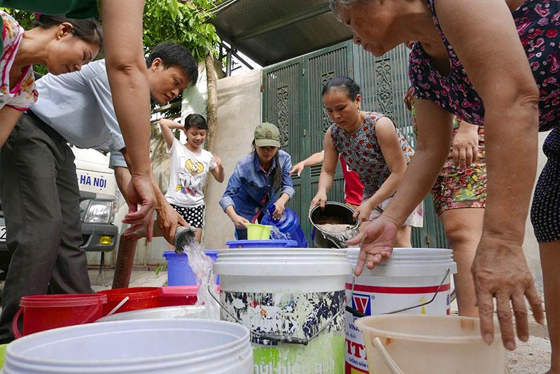 Vỡ ống nước sông Đà, dân Thủ đô xách nước như thời bao cấp - 2