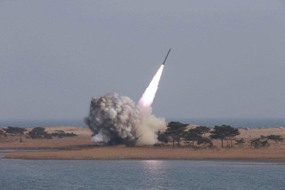 Triều Tiên phóng 3 tên lửa đạn đạo tầm bắn trùm HQ - 1