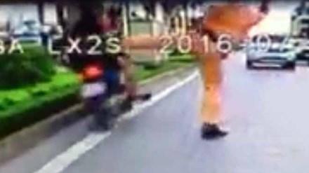 Người đi xe máy lao vào dải phân cách khi CSGT chặn bắt - 1