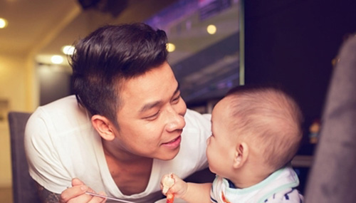"""2 ông bố """"bỉm sữa"""" đảm đang nhất showbiz Việt - 16"""