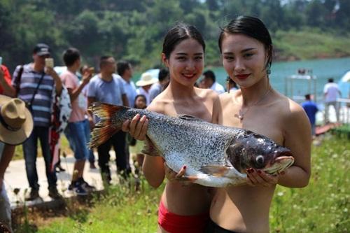 """Trào lưu lấy cua cá làm """"áo ngực"""" của gái trẻ TQ - 1"""