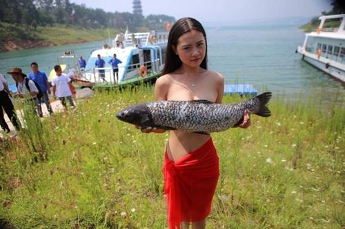 """Trào lưu lấy cua cá làm """"áo ngực"""" của gái trẻ TQ - 4"""