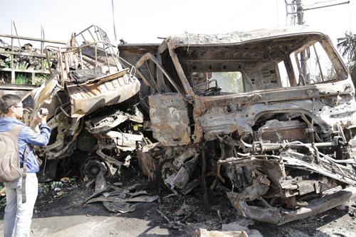 Xe tải tông xe đầu kéo rồi bốc cháy, 2 người chết - 2