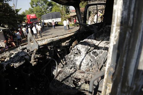 Xe tải tông xe đầu kéo rồi bốc cháy, 2 người chết - 3