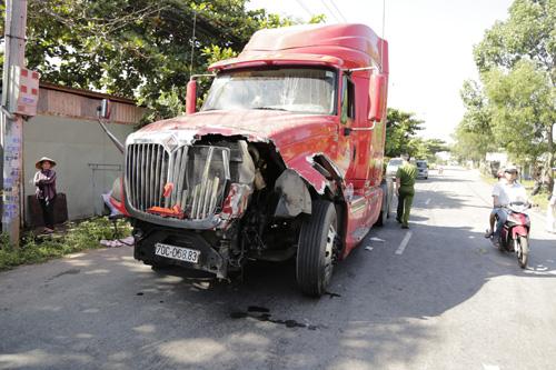 Xe tải tông xe đầu kéo rồi bốc cháy, 2 người chết - 4
