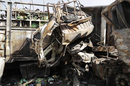Xe tải tông xe đầu kéo rồi bốc cháy, 2 người chết - 1