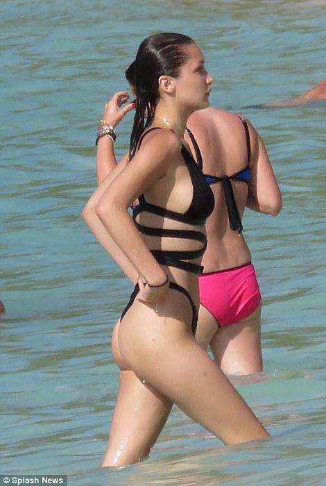 Chân dài 9X nóng bỏng với bikini khoét hông táo bạo - 2