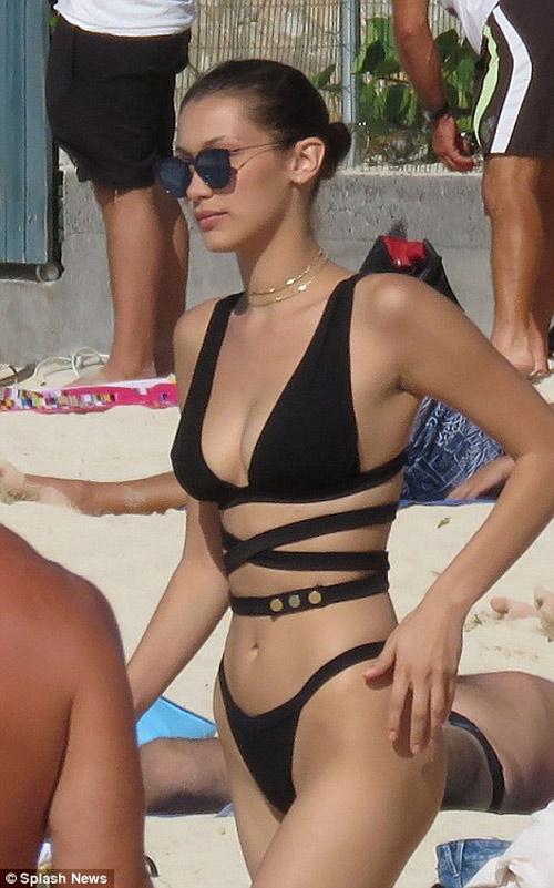Chân dài 9X nóng bỏng với bikini khoét hông táo bạo - 5