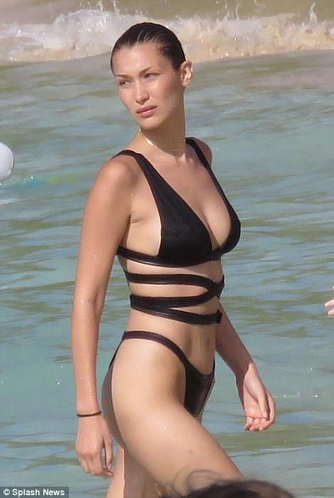 Chân dài 9X nóng bỏng với bikini khoét hông táo bạo - 4