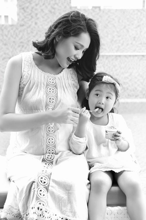 Hoa hậu Hương Giang khoe bụng bầu trước ngày sinh - 4
