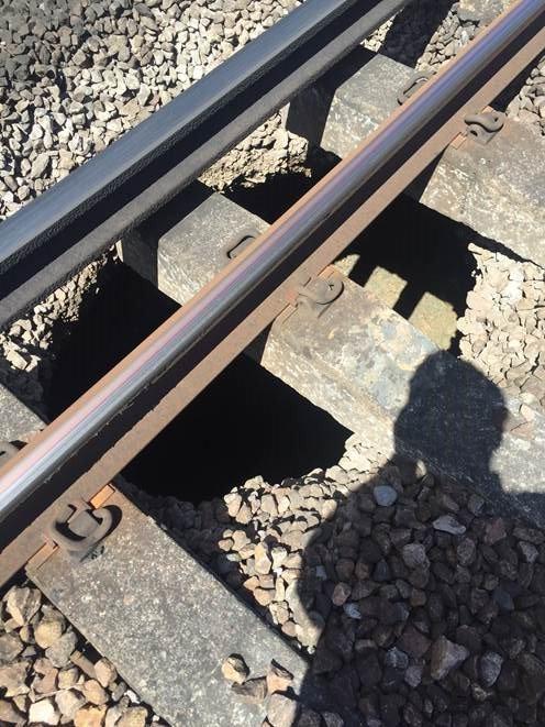 Anh: Hỗn loạn khi hố đen xuất hiện dưới đường ray tàu hỏa - 3