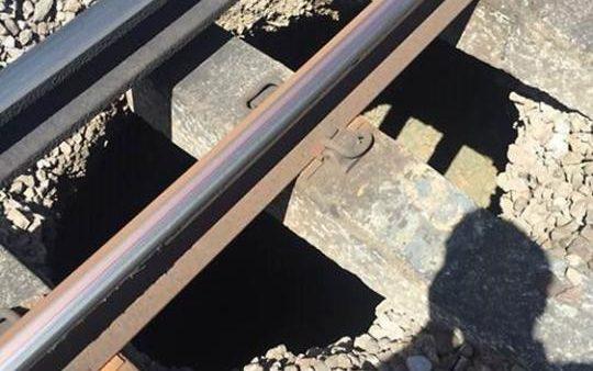 Anh: Hỗn loạn khi hố đen xuất hiện dưới đường ray tàu hỏa - 1